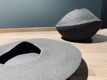 _volupte I-II camille rollier  sculpture grès noir  Façonnage au colombin Cuisson 1280 diam. 48 - 50 cm