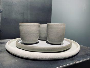 camille rollier  porcelaine chamotée et émaillée grès anthraciteAssiette grande, diam. 26 cm      Assiette Moyenne, diam. 20 cm    bol, diam. 10-12 cm          GOBELET grand               GOBELET espresso